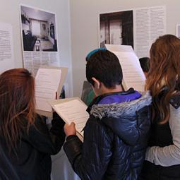 Werke von Schulklassen in der Ausstellung «GRAUZONEN»